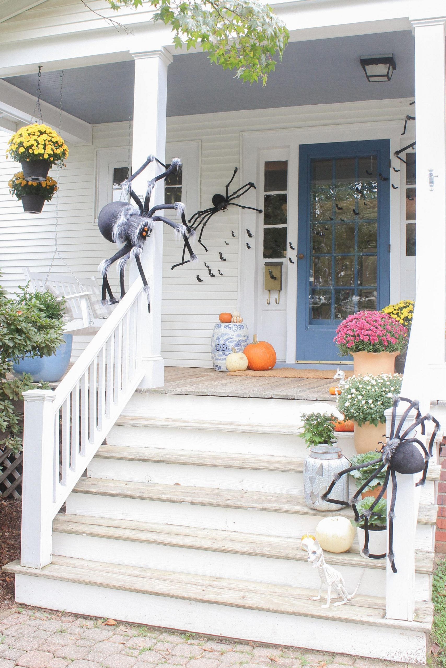 spooky kid friendly outdoor halloween decorations with spiders